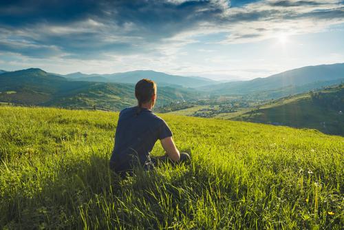 Man zit op heuvel
